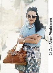 bastante, mujer, en, elegante, moderno, ropa, y, lujo, carterade cuero