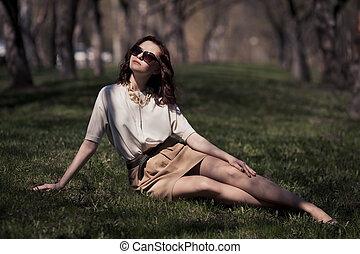 bastante, mujer, en, vestido del verano, aire libre