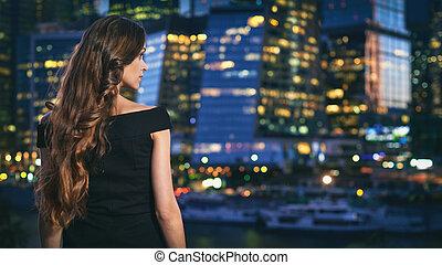 bastante, mujer, es, el mirar, noche, ciudad