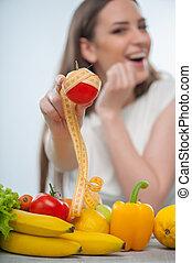 bastante, mujer, es, el sentarse en la tabla, con, alimento sano