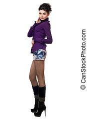 bastante, mujer joven, en, un, falda mahón