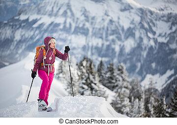 bastante, mujer joven, snowshoeing, en, montañas altas, el...