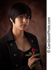 bastante, multiétnico, adulto joven, retrato de mujer, con, rosa