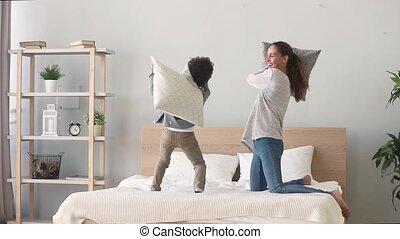 baston, avoir, lit, fils, maman, mélangé-race, oreiller, heureux