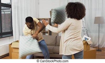 baston, maison, oreiller, nouveau, couple heureux, avoir