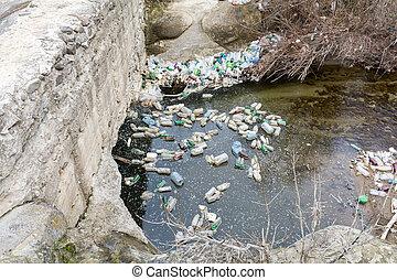 basura, contaminación, con, plástico, y, otro, empaquetado, stuffs, en, el, río