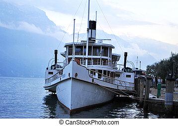 bateau amarré