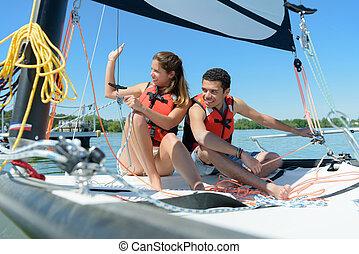 bateau, coucher soleil, voile, jeune couple, sourire, été