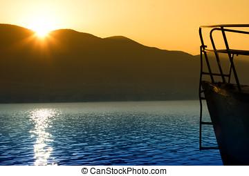 bateau, montagne, sur, lac, levers de soleil