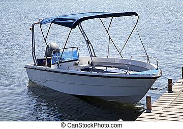 bateau moteur, sur, jetée