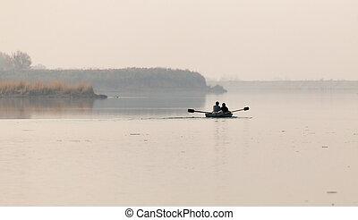 bateau pêche, sur, les, lac, à, coucher soleil