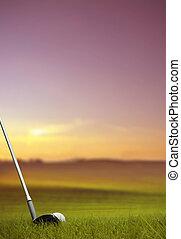 bater, bola golfe, ao longo, fairway, em, pôr do sol