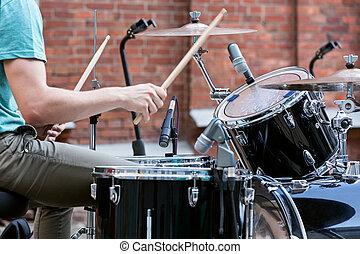 baterista, homem, tocando, ligado, tambores