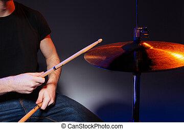 baterista, tocando, varas, tambores, mãos