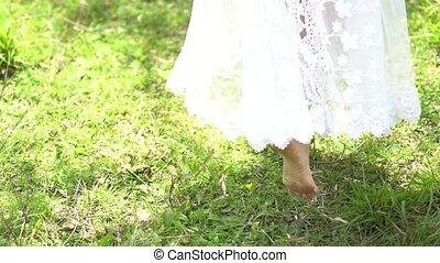 battement des gouvernes, promenades, pieds nue, vent, jupe, herbe, mariée