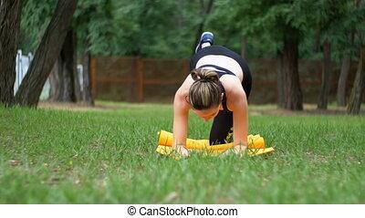 batyst, kobieta, practicing, zaręczony, atleta, park, młody, sprzęt, zielony, yoga, sport, leżący, dywan