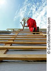 bauhofarbeiter, mit, a, hammer, auf, der, dach