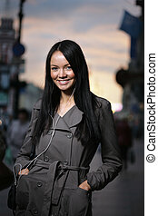 bautiful, ung kvinna, stående, på, a, gata, hos, solnedgång
