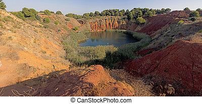 bauxite, mina, con, lago, en, otranto, italia