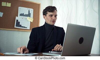 bavarder, business, ordinateur portable, jeune, homme affaires, informatique, utilisation, associé