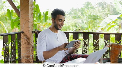 bavarder, tablette, jeune, hispanique, terrasse, informatique, rire, ligne, utilisation, type, homme