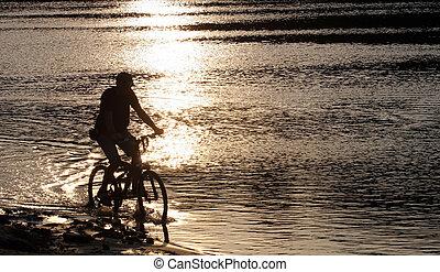 bbiker, silhouette, dans, les, plage