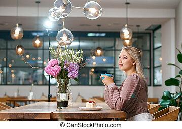beatiful, menina, café bebendo, em, local, café, com, madeira, interior.