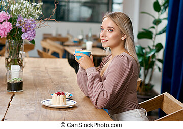 beatiful, menina, com, cabelo loiro, azul, olhos, café bebendo, em, cafe.