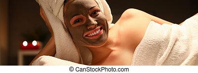 Beaty woman applied chocolate mask in spa salon facial ...