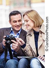 beau, élégant, mi, âge, couple, reposer, outdoors., appareil-photo avoirs homme, et, démonstration imagine, à, blonds, femme