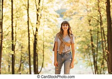 beau, épaules, femme, chandail, light., jeune, arbres, automne, fond, chaud, coucher soleil, jaune, feuillage, portrait, park.