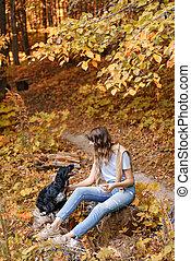 beau, épaules, séance femme, bois, light., chandail, parc, jeune, jaune, automne, épagneul, fond, noir, arbres, feuillage, log., portrait, coucher soleil, chien, chaud