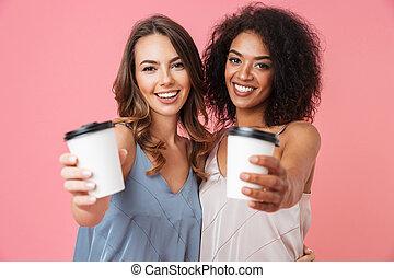 beau, été, 20s, café, couleur, isolé, sur, plat à emporter, filles, deux, différent, papier rose, fond, peau, sourire, tasses, appareil photo, projection, robes
