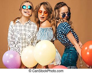 beau, été, checkered, lunettes soleil, chemise, coloré, doré, langue, clothes.girls, trois, air, balloons.having, leur, wall.models, poser, amusement, sourire, projection, femmes