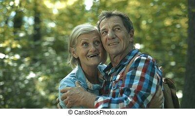 beau, été, couple, ensoleillé, promenade, personne agee, jour