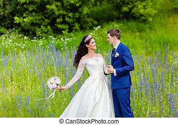 beau, été, couple, parc, nouveaux mariés