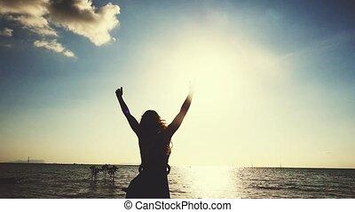 beau, été, courses, lent, élévation, autour de, liberté, jeune, travel., mouvement, rotation, femme, coucher soleil, vacances, fetes, pendant, bras, apprécier, plage, 1920x1080