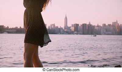 beau, été, femme, lunettes soleil, robe, inclinaison, motion., haut, poser, lent, noir, sourire, appareil photo, coucher soleil, européen