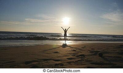 beau, été, marche, élevé, vacances, holiday., enjoing, mer, girl, debout, lent, jeune, arrière, plage, femme, relâcher, pendant, hands., freedom., océan, mouvement, rivage, coucher soleil, vue