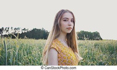 beau, été, marche, blé, romantique, nature, ensoleillé, longs cheveux, champ, toucher, par, corrects, apprécie, seul, vert, girl, day., ears., elle