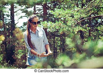 beau, été, marche, femme, jeune, forêt