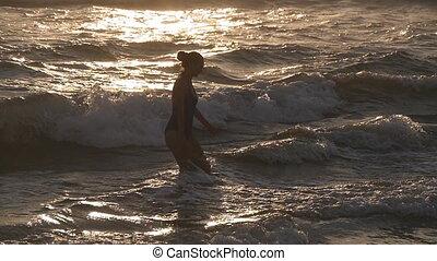 beau, été, marche, mer, vacation., holiday., marcher, girl, maillot de bain, dehors, lent, jeune, plage, femme, relâcher, après, eau, pendant, océan, mouvement, natation, sunset.