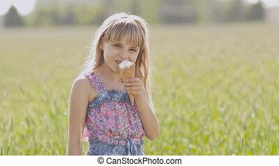 beau, été, peu, blé, blonds, ensoleillé, mange, contre, day., chaud, field., fond, glace, girl