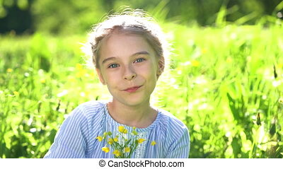 beau, été, peu, day., girl, fleurs, jouer