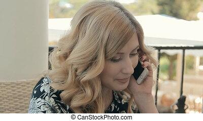 beau, été, séance femme, ordinateur portable, restaurant, jeune, téléphone, terrasse, devant, conversation