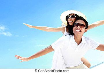 beau, été, tendu, couple, bras ensemble, ferroutage, sourire, plage, heureux