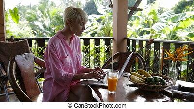 beau, été, usage, femme, bavarder, séance, ordinateur portable, ligne, jeune, terrasse, informatique, dehors, table, girl