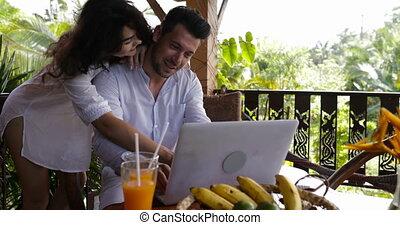 beau, été, usage, femme, ordinateur portable, couple, jeune, ensemble, conversation, forêt, surfer, terrasse, internet, coputer, homme