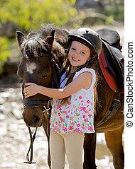 beau, été, vieux, doux, étreindre, années, poney, fille souriante, casque, cheval, jockey, jeune, sécurité, 7, 8, vacances, heureux, porter, tête, peu, ou