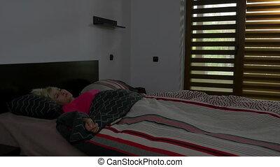 beau, étire, femme, réveille, matin, haut, lit, jeune, dormir